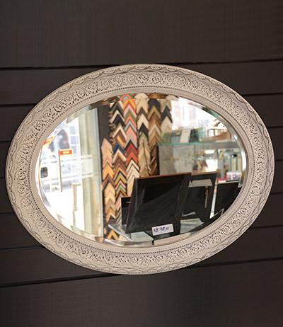 Espelho oval lapidado com moldura branca 850×650